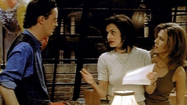 Monica (Courteney Cox, M.) erklärt Chandler (Matthew Perry, l.), dass es ihr...