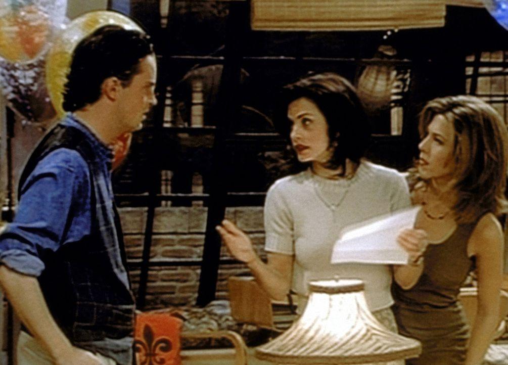 Monica (Courteney Cox, M.) erklärt Chandler (Matthew Perry, l.), dass es ihr angenehm wäre, wenn Rachel (Jennifer Aniston, r.) ihre Schwägerin we... - Bildquelle: TM+  2000 WARNER BROS.