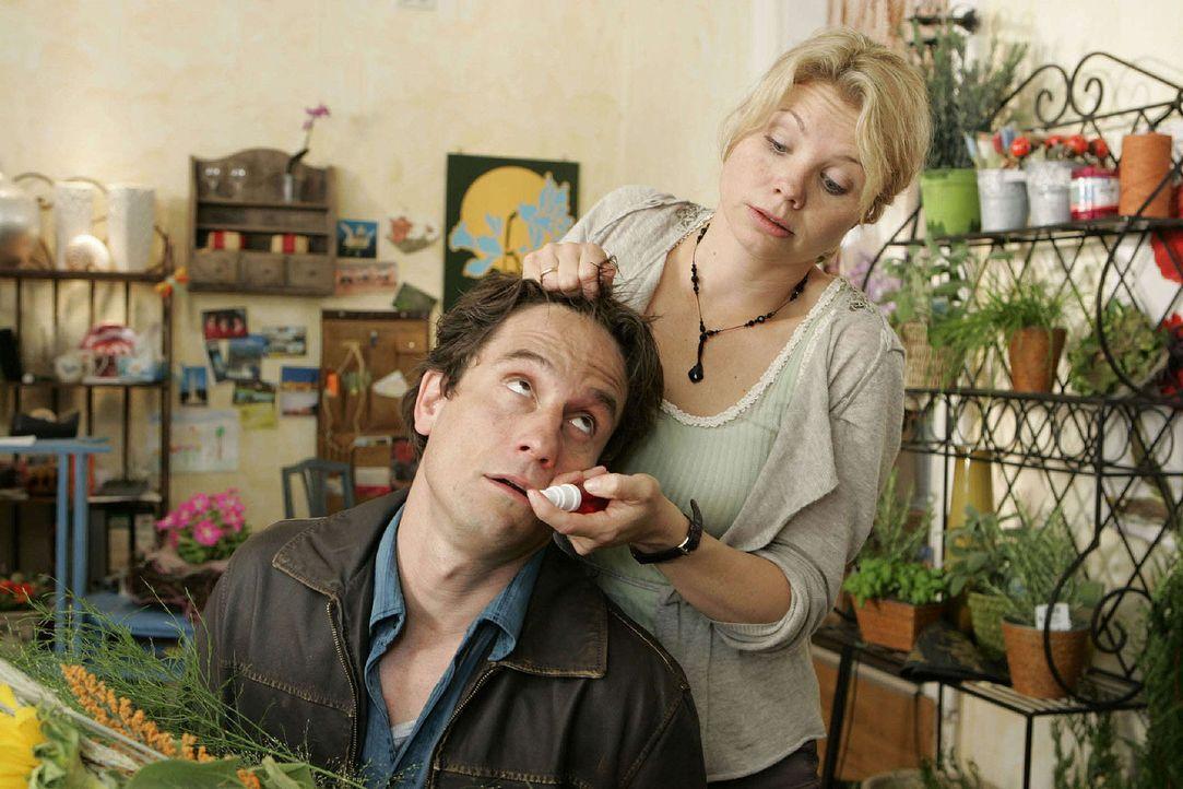 Nach der Aktion mit dem Telefon reicht es Kommissar Schiller (Oliver Mommsen, l.) - er will Peggy (Annette Frier, r.) in ihrem Blumenladen verhaften... - Bildquelle: Sat.1