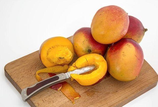 Die Grundzutat für jeden Mango Lassi: frische Mangos. Achten Sie beim Kauf ab...