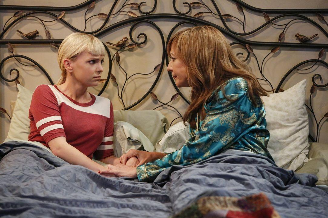 Christy (Anna Faris, l.) kennt ihre Mutter Bonnie (Allison Janney ,r.) so gut, dass sie direkt merkt, dass diese etwas vor ihr geheim hält ... - Bildquelle: 2016 Warner Bros. Entertainment, Inc.