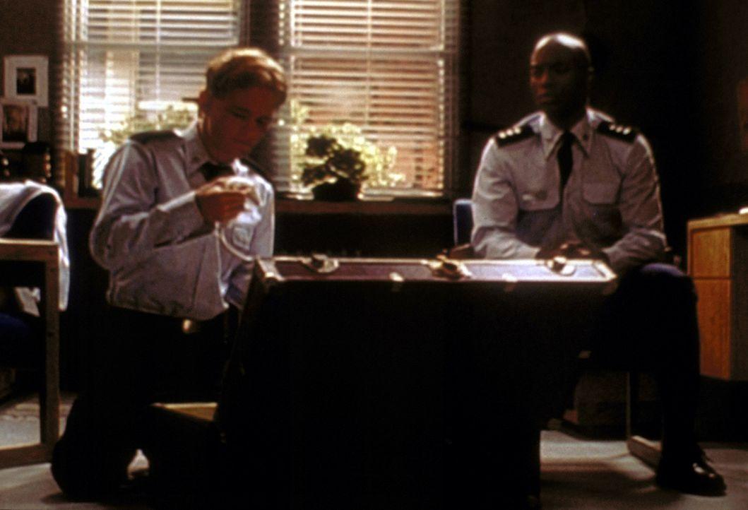 Francis (Christopher Masterson, l.) zeigt seinem Zimmergenossen Stanley (Karim Prince, r.) sein neues Haustier: eine hungrige Schlange. - Bildquelle: 20th Century Fox