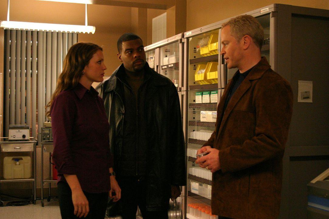 Für Dr. Stephen Connor (Neal McDonough, 2.v.l.), Dr. Natalie Durant (Kelli Williams, r.) und Frank Powell (Troy Winbush, 2.v.r.) beginnt ein Wettla... - Bildquelle: CBS Television