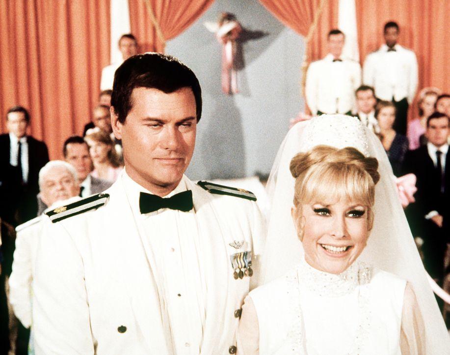 Jeannies (Barbara Eden, r.) langersehnter Tag ist da: Sie steht mit ihrem geliebten Tony (Larry Hagman, l.) vor dem Traualtar ... - Bildquelle: Columbia Pictures