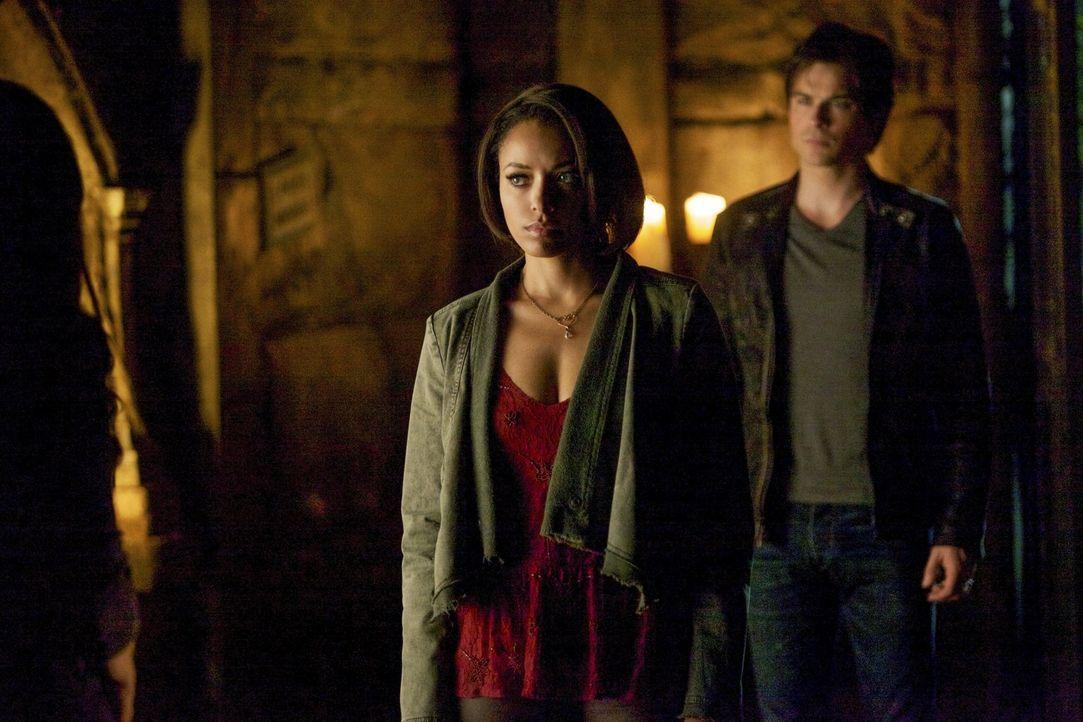 Bonnie (Kat Graham, l.) und Damon (Ian Somerhalder, r.) versuchen alles, um Mystic Fall und die andere Seite zu retten. Doch manchmal ist sind alle... - Bildquelle: Warner Brothers