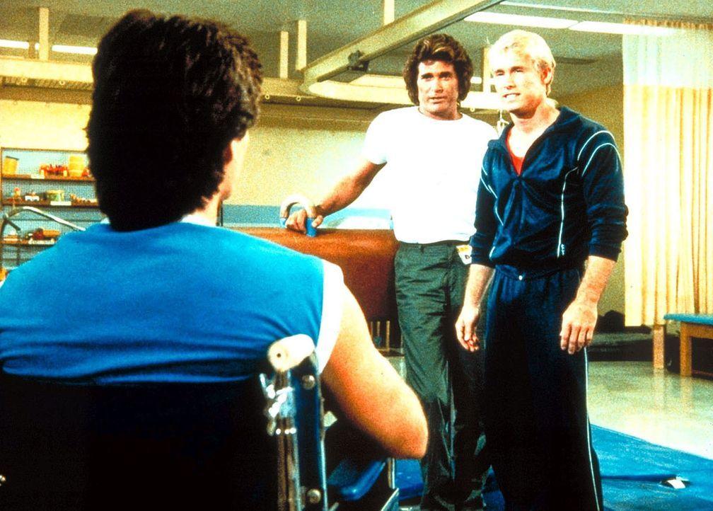 In der Klinik kann Jonathan (MichaeI Landon, M.) Deke (Ken Olandt, l.) zu einer neuen sportlichen Karriere am Seitpferd überreden. - Bildquelle: Worldvision Enterprises, Inc.