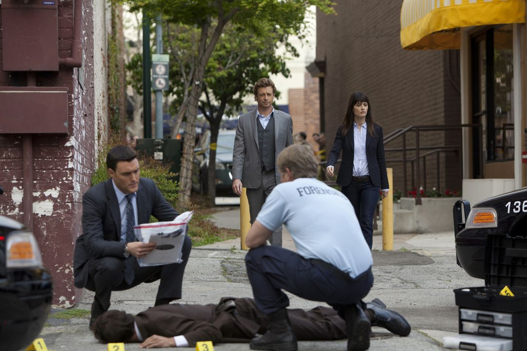 Ein neuer Mordfall bereitet Wayne (Owain Yeoman, l.), Patrick (Simon Baker, 2.v.l.) und Teresa (Robin Tunney, r.) Kopfzerbrechen ... - Bildquelle: Warner Bros. Television