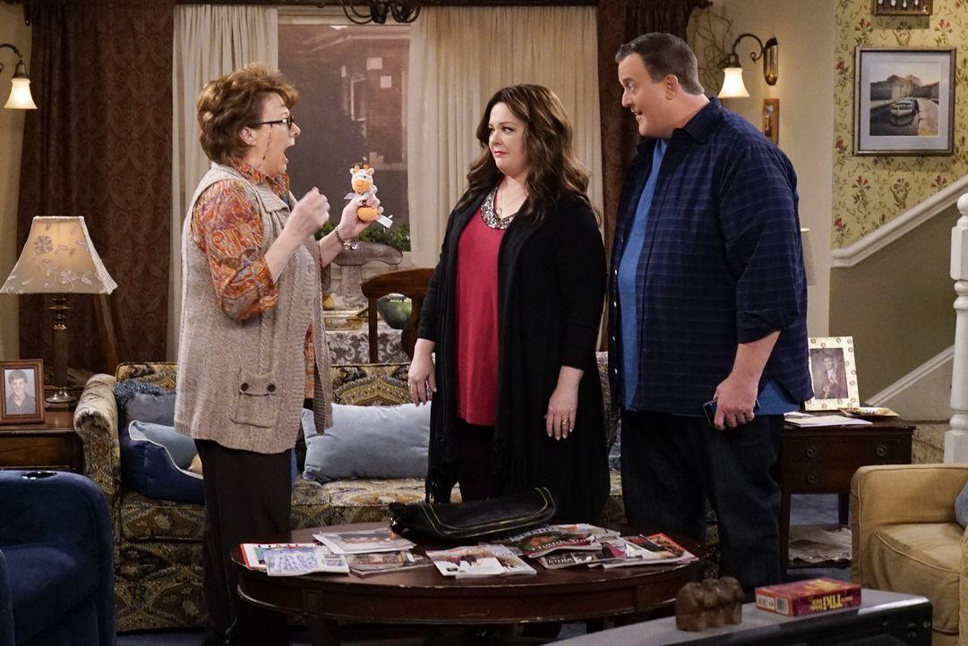 Peggy (Rondi Reed, l.) ist völlig aus dem Häuschen, als Mike (Billy Gardell, r.) und Molly (Melissa McCarthy, M.) ihr mitteilen, dass sie ein Baby a... - Bildquelle: Warner Brothers