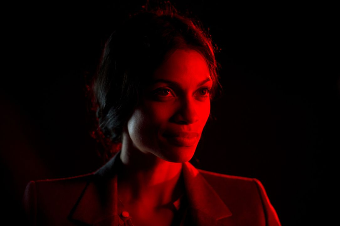 Die Hypnotiseurin Elizabeth (Rosario Dawson) spielt perfekt auf der Klaviatur der Suggestion ... - Bildquelle: 2013 Twentieth Century Fox Film Corporation.  All rights reserved.