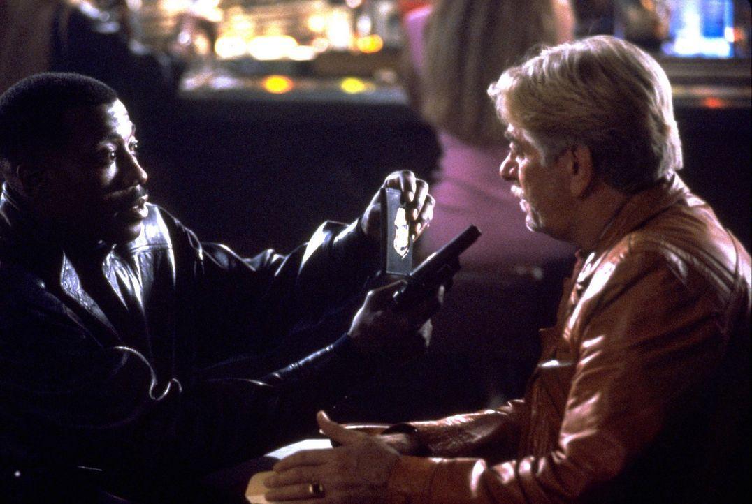 Der Ganove Leach (Seymour Cassel, r.) schaut ziemlich blöd aus der Wäsche, als Jimmy (Wesley Snipes, l.) ihm seine Dienstmarke vor die Nase hält... - Bildquelle: Warner Bros.