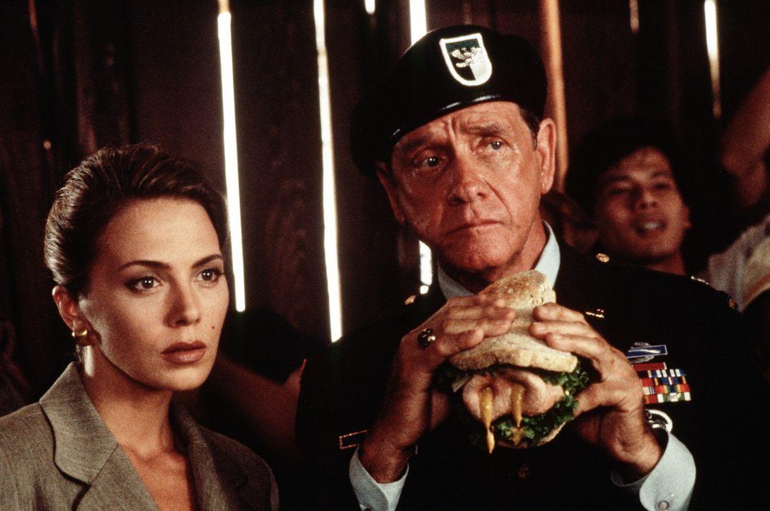 Schlechte Nachrichten: Benson (Lloyd Bridges, r.) und Ramada (Valeria Golino, l.) erfahren, dass der Einsatz im Nahen Osten nicht ohne Probleme verl... - Bildquelle: 20th Century Fox Film Corporation