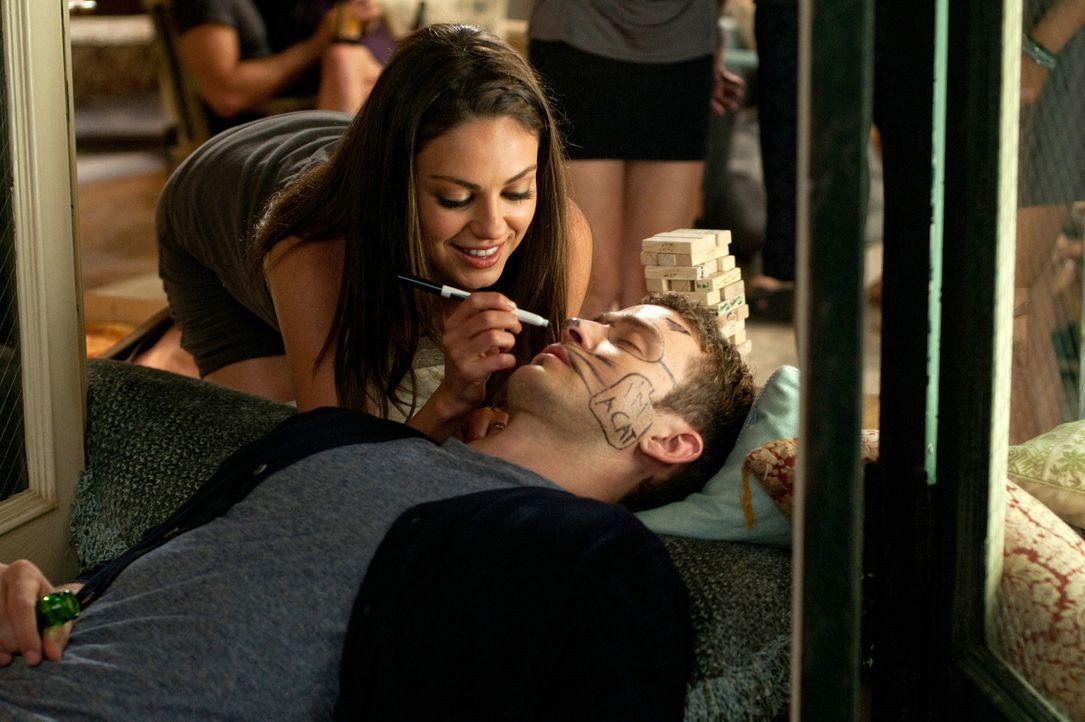 Jamie (Mila Kunis, l.) möchte Dylan (Justin Timberlake, r.) helfen, ein paar Leute in New York kennen zu lernnen, denn er ist frisch in den Big App... - Bildquelle: Sony Pictures Television Inc. All Rights Reserved.