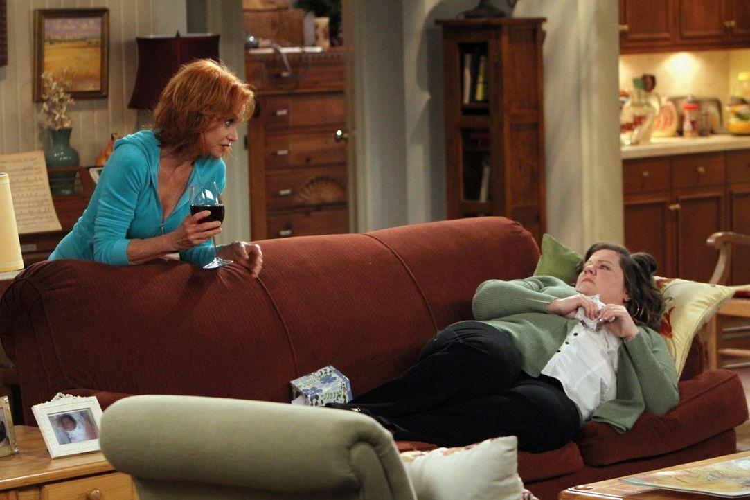 Molly (Melissa McCarthy, r.) freut sich auf das Date mit Mike, allerdings hat sie sich eine Erkältung eingefangen. Ihre Mutter (Swoosie Kurtz, l.)... - Bildquelle: 2010 CBS Broadcasting Inc. All Rights Reserved.