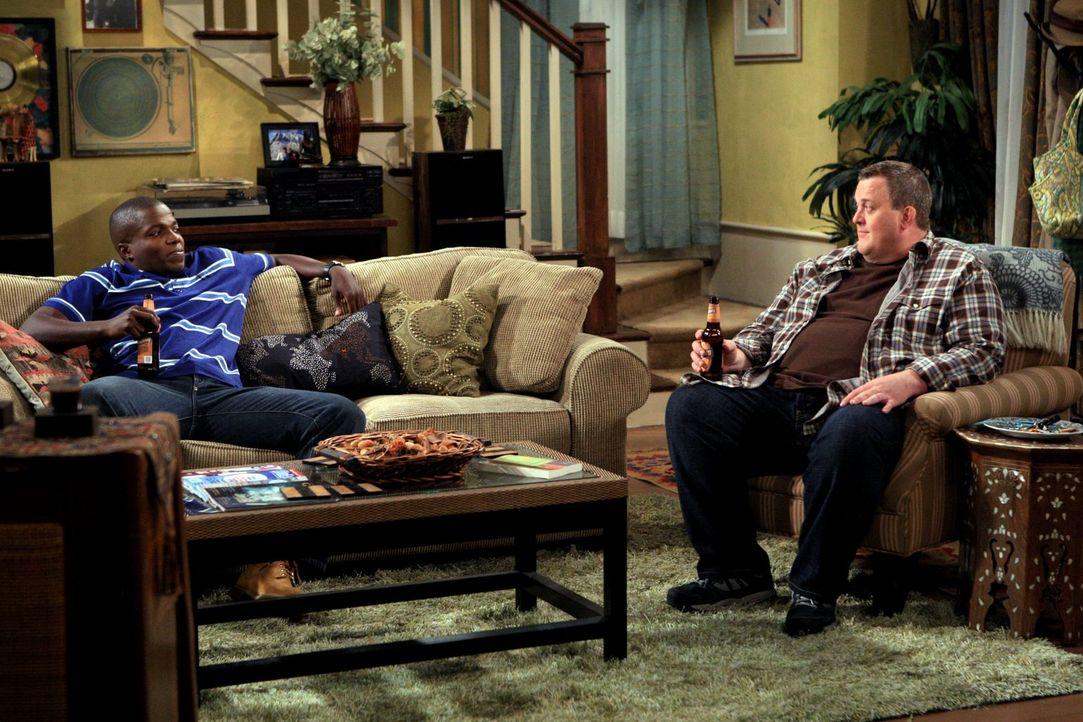 Männerabend: Mike (Billy Gardell, r.) und Carl (Reno Wilson, l.) ... - Bildquelle: 2010 CBS Broadcasting Inc. All Rights Reserved.