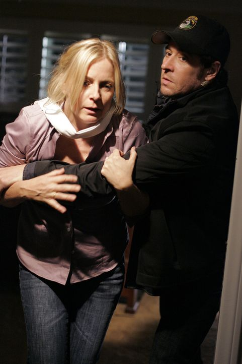Don (Rob Morrow, r.) kann gerade noch Sarah Fisher (Debbon Ayer, l.) retten, da gerät er selbst in große Gefahr ... - Bildquelle: Paramount Network Television