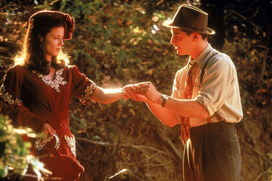 Während Paul (Keanu Reeves, r.) und Victoria (Aitana Sánchez-Gijón, l.) , von allen beobachtet, ein glückliches Paar spielen, wird aus der Maske... - Bildquelle: 20th Century Fox