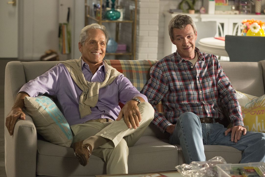 Wie wird sich Mike (Neil Flynn, r.) mit dem reichen Bennett Brooks (Gregory Harrison, l.) verstehen? - Bildquelle: Michael Ansell 2017 American Broadcasting Companies, Inc. All rights reserved./Michael Ansell