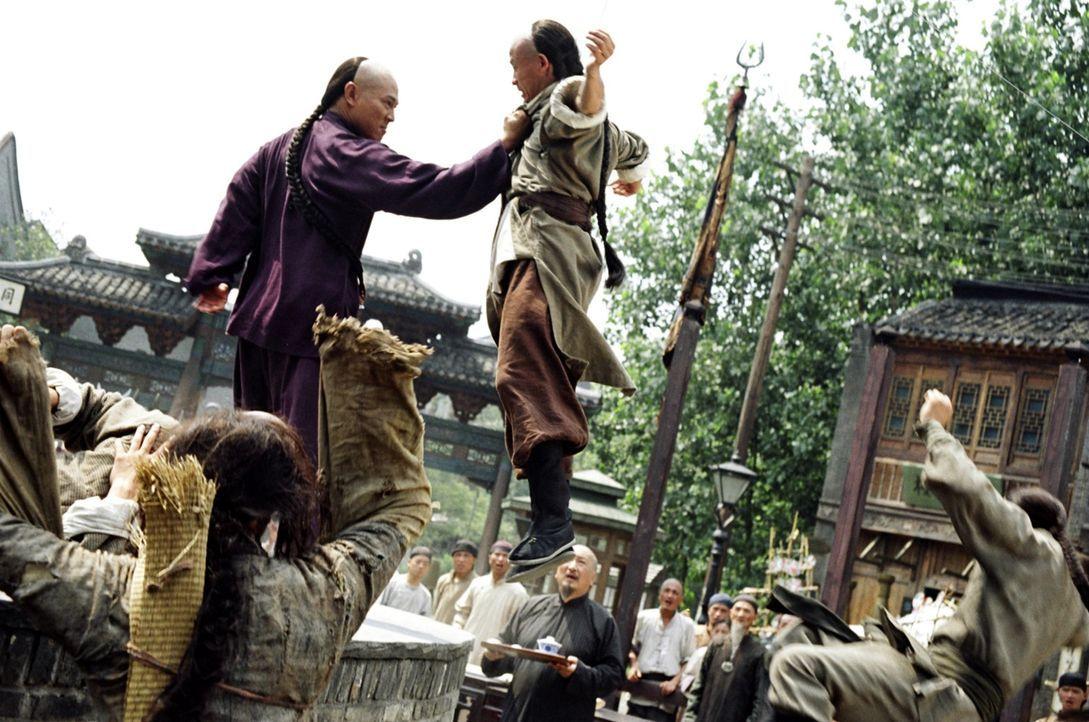 Huo (Jet Li, l.) will es seinem Vater, einem großen Kampfkunstmeister, gleichtun. Doch der hält seinen Sohn für zu schwächlich, und ist somit wenig... - Bildquelle: Constantin Film Verleih GmbH