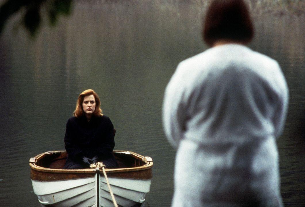 Scully (Gillian Anderson, l.) liegt nach ihrer Entführung im Koma und träumt von Begegnungen mit Toten. - Bildquelle: TM +   Twentieth Century Fox Film Corporation. All Rights Reserved.