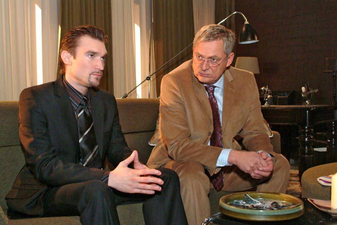 Friedrich (Wilhelm Manske, r.) versucht sich seinem Sohn Richard (Karim Köster, l.) zu erklären. Für einen Augenblick scheint er auch zu erreichen,... - Bildquelle: Monika Schürle Sat.1