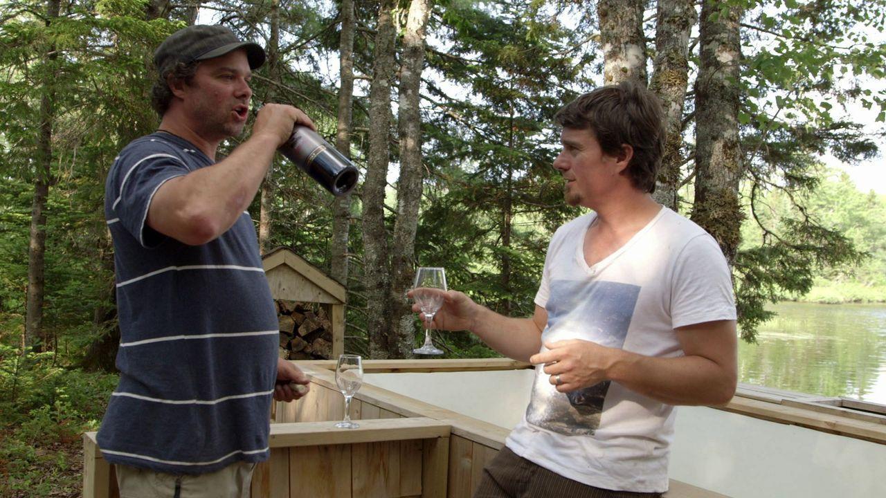 Für ihre Frauen wollen Andrew (r.) und Kevin (l.) einen Rückzugsort gestalten. Doch die beiden stellen schnell fest, nur weil man Wein trinkt, fällt... - Bildquelle: Brojects Ontario Ltd./Brojects NS Ltd