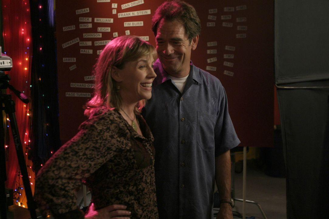 Jim (Huey Lewis, l.) und Lydia (Bess Armstrong, r.) freuen sich über das frische Eheglück ihrer Tochter ... - Bildquelle: Warner Bros. Pictures