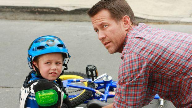 Um bei seinem Sohn zu punkten, schenkt Mike (James Denton, r.) M.J. (Mason Va...