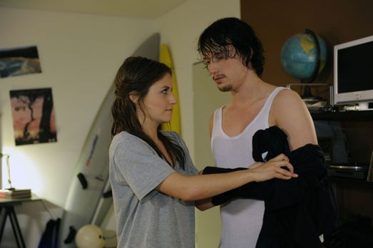 Hand aufs Herz - Bea (Vanessa Jung, l.) versucht mit allen Mitteln gegen die...