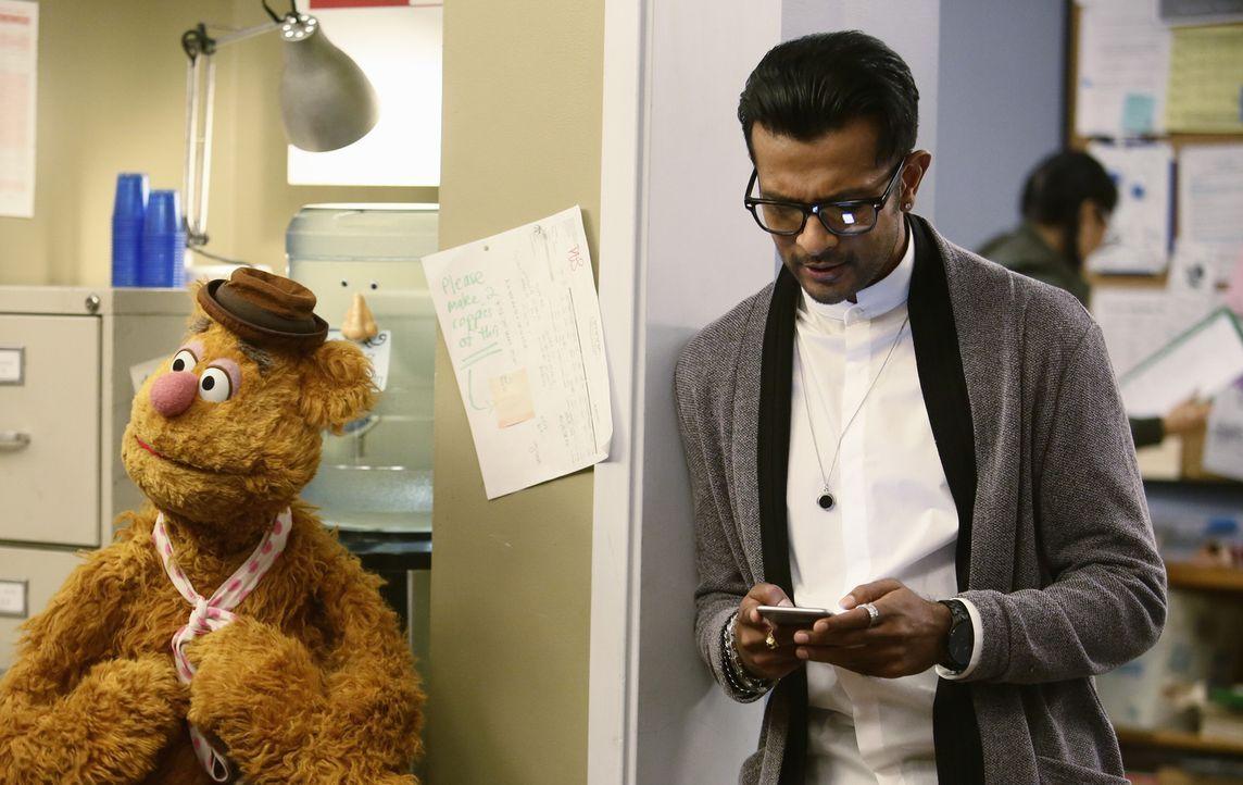 Als Pizza (Utkarsh Ambudkar, r.) auftaucht, um die Show zu erneuern, hat Fozzie (l.) Angst um seinen Job. Doch die Crew hält zusammen ... - Bildquelle: Nicole Wilder ABC Studios