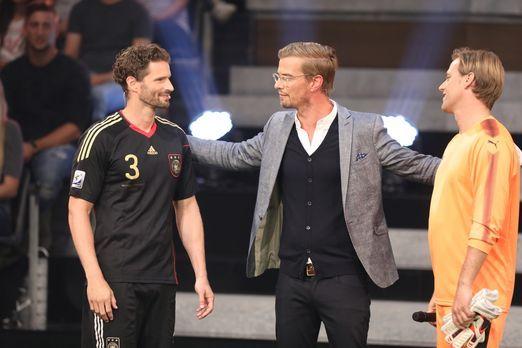 Mögen die Spiele beginnen. Joko (M.) lädt die Fußballprofis Arne Friedrich (l...