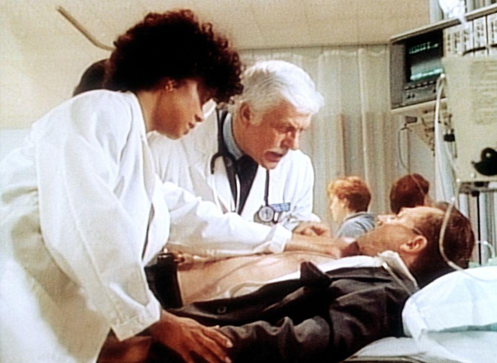 Amanda (Victoria Rowell, l.) und Dr. Sloan (Dick Van Dyke, M.) erhalten von Dale Harlan (Tupper Cullum, r.) ein Lotterielos, das sage und schreibe 1... - Bildquelle: Viacom