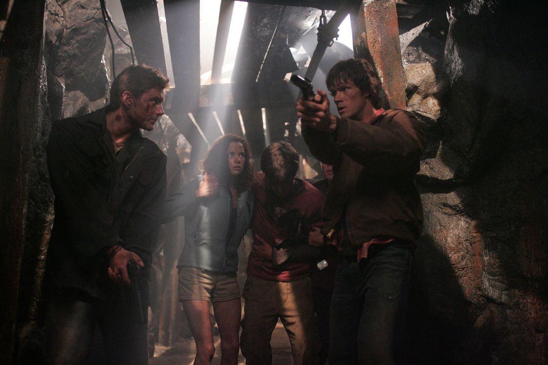 Versuchen sich vor der Bestie in Sicherheit zu bringen: Sam (Jared Padalecki, r.), Dean (Jensen Ackles, l.) und Haley (Gina Holden, M.) ... - Bildquelle: Warner Bros. Television