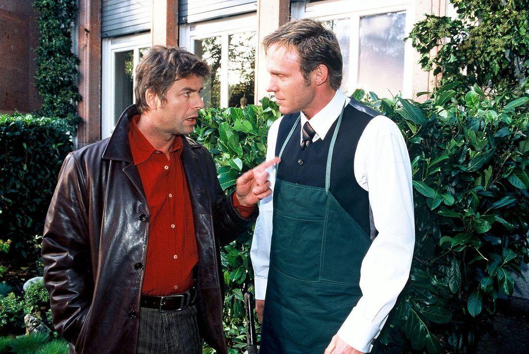 """Jupp (Uwe Fellensiek, l.) und Falk (Dirk Martens, r.) tauschen ihre Informationen aus. Falk ist immer noch """"undercover"""" bei den Tourelles tätig. - Bildquelle: Münstermann Sat.1"""