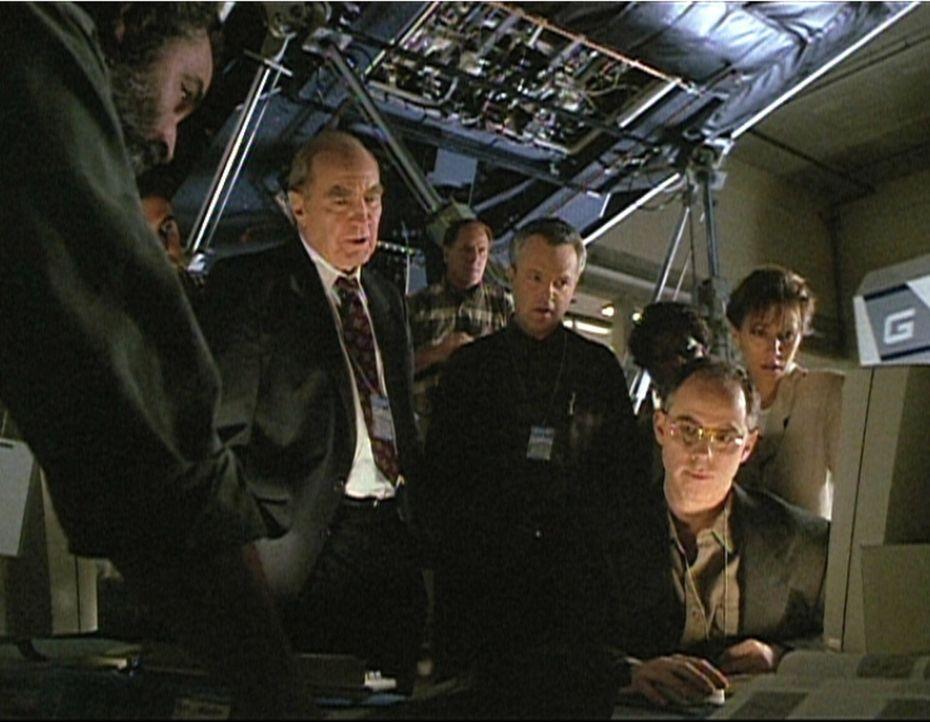Der Präsident von Gallant Aircraft, Mr. Pryce (Ken Pogue, l.), überprüft mit seinem Chefdesigner Mr. Gibbons (Kevin McNulty, M.) die Flugfähigke...