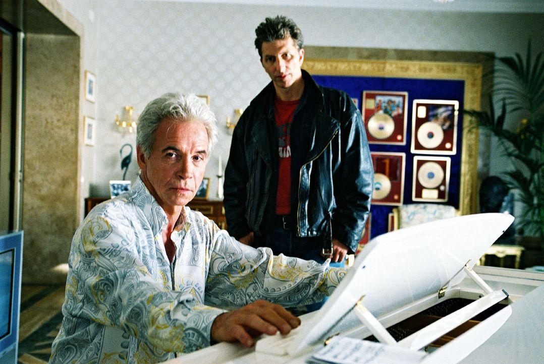 Ringo (Rufus Beck, r.) fragt sich, wer ein Interesse am Tod des umjubelten Schlagersängers hat. Er befragt Mark Kaiser (Wolf Roth, l.), den Produzen... - Bildquelle: Hardy Spitz Sat.1