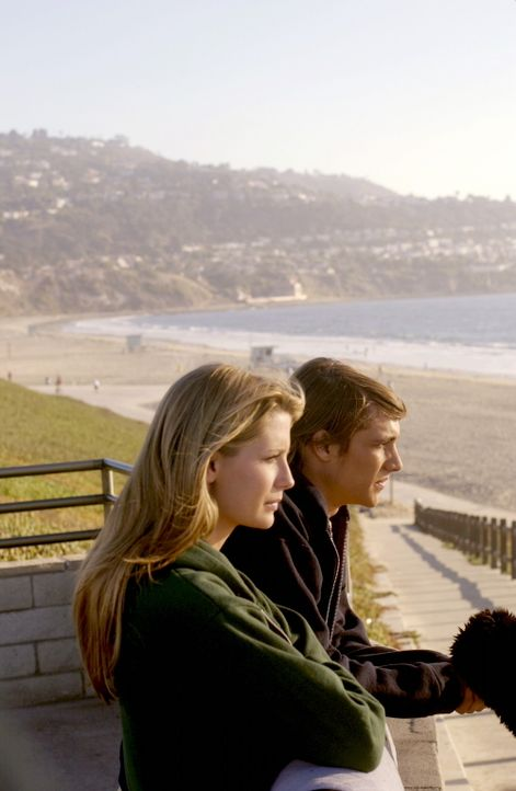 Marissa (Mischa Barton, l.) versteht sich unterdessen immer besser mit ihrem Mitschüler Johnny (Ryan Donowho, r.) - erst Recht, nachdem er ihr ein... - Bildquelle: Warner Bros. Television