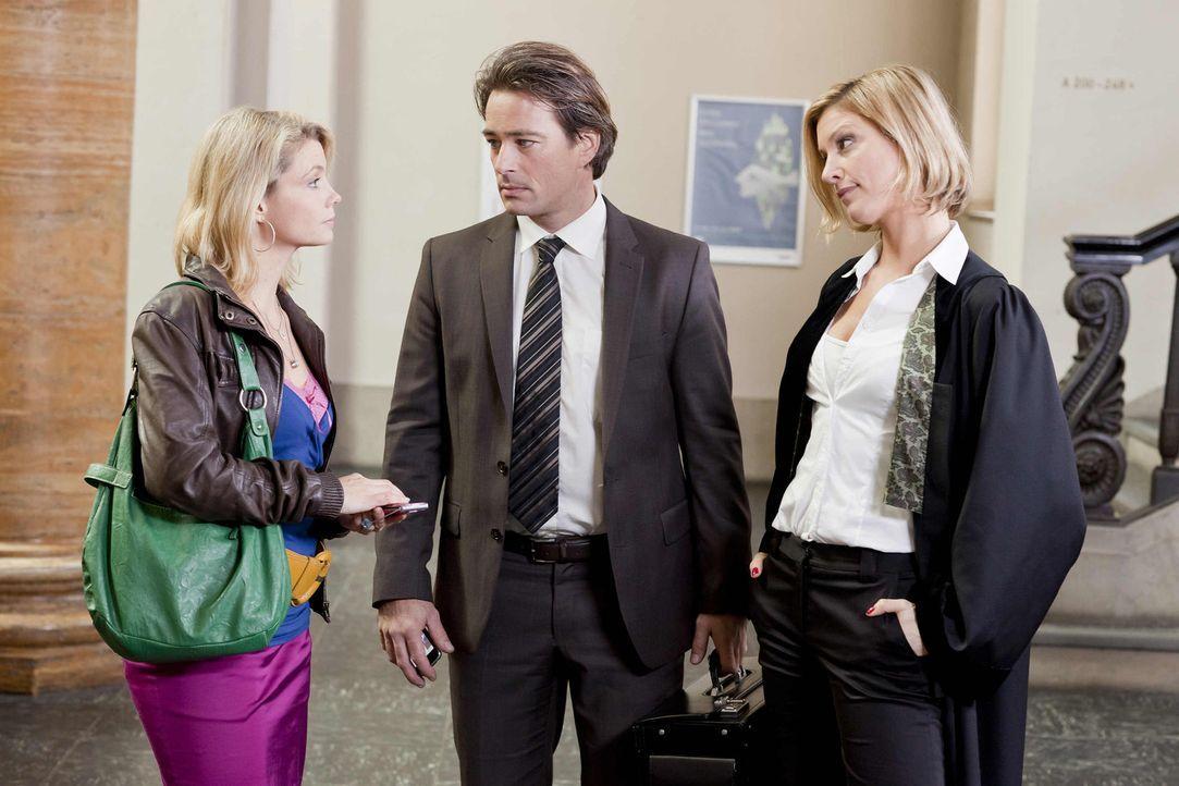 Ein unangenehmes Zusammentreffen: Nina (Julia Stinshoff, r.), Oliver (Jan Sosniok, M.) und Danni (Annette Frier, l.) ... - Bildquelle: SAT.1