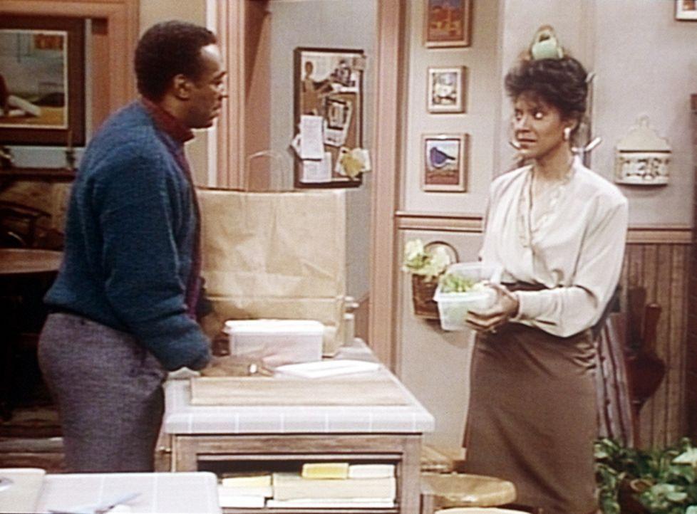 """Cliff (Bill Cosby, l.) ist entsetzt, dass Clair (Phylicia Rashad, r.) doch tatsächlich kontrolliert, was er sich als """"Diät""""-Abendessen einpackt. - Bildquelle: Viacom"""