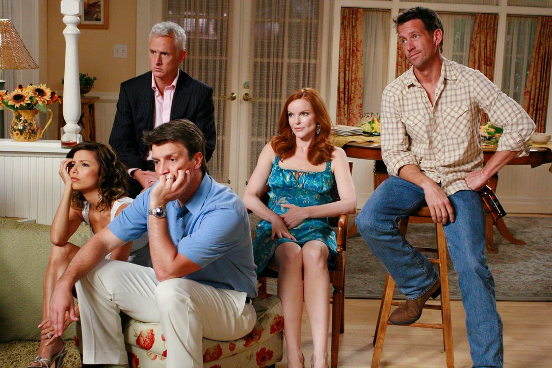 Scharade: Gabrielle (Eva Longoria, l.) Victor (John Slattery, 2.v.l.), Adam (Nathan Fillion, M.), Bree (Marcia Cross, 2.v.r.) und Mike (James Denton... - Bildquelle: ABC Studios