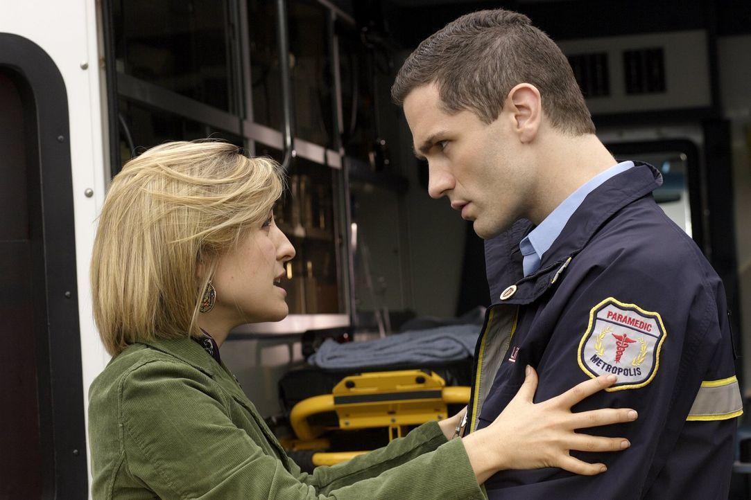 Warum werden Chloes (Allison Mack, l.) Erinnerungen, bis auf die an Davis (Sam Witwer, r.), gelöscht? - Bildquelle: Warner Bros.