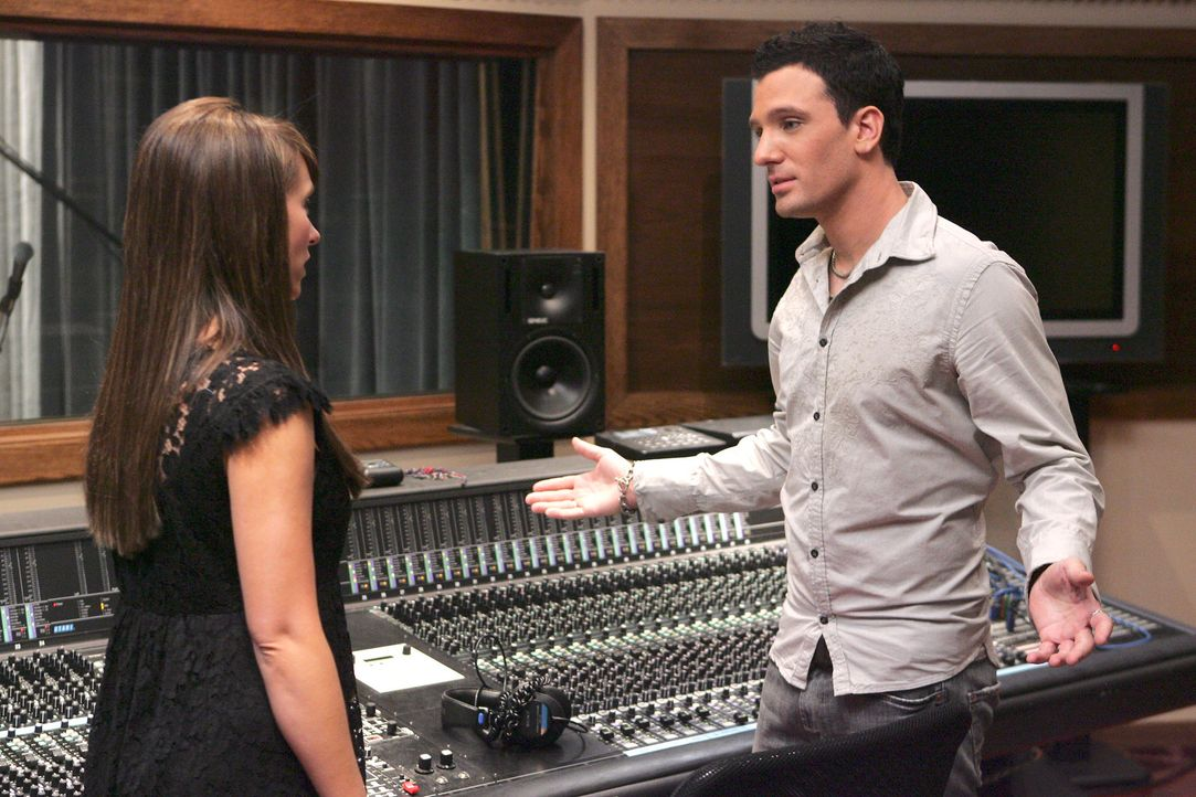 Melinda (Jennifer Love Hewitt, r.) besucht den jungen Musiker Samson (J.C. Chasez, l.) in seinem Tonstudio … - Bildquelle: ABC Studios