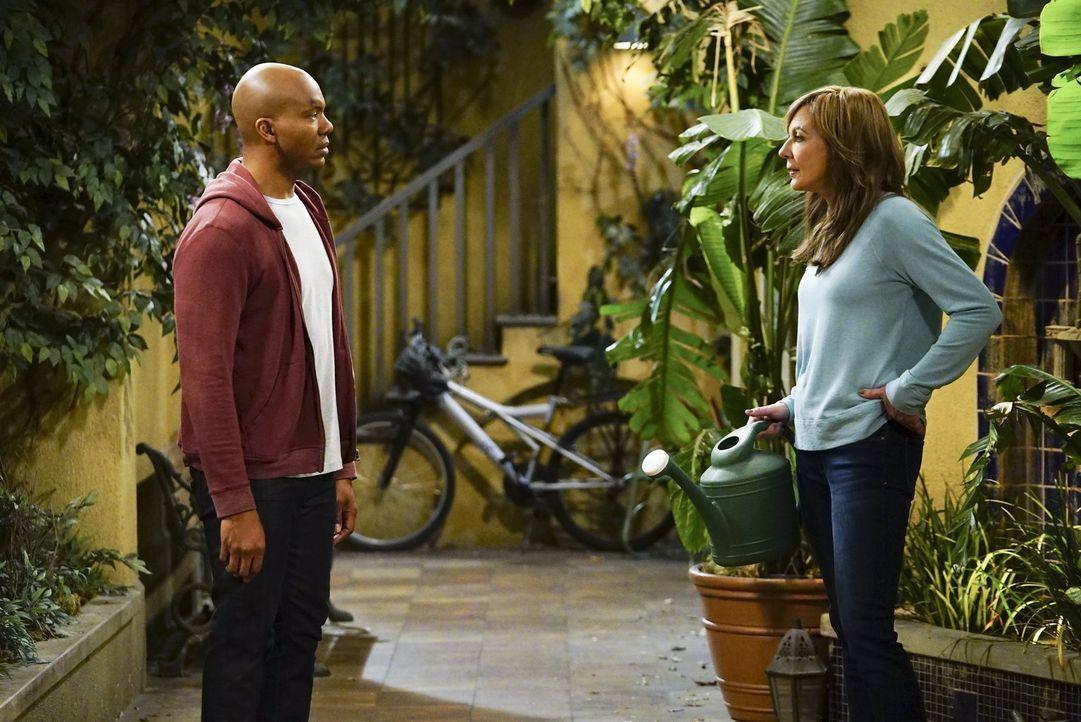 Bonnie (Allison Janney, r.) stellt Ray (Leonard Roberts, l.) zur Rede, als er aus dem Gefängnis abgeholt werden muss. Wird er ihnen erzählen, was ih... - Bildquelle: 2017 Warner Bros.