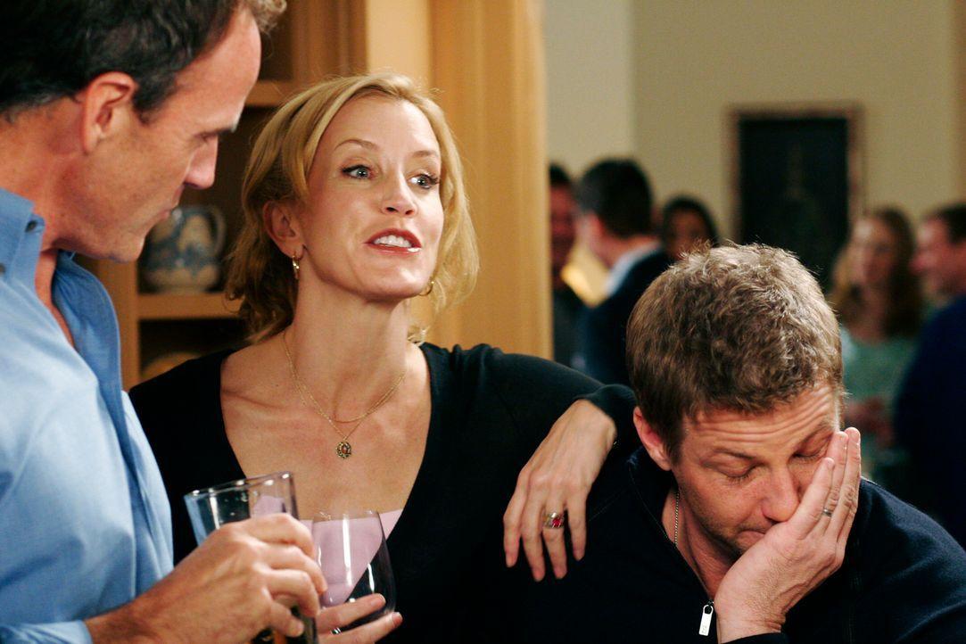 Auf einer Party unterhalten sich Tom (Doug Savant, r.), Karl (Richard Burgi, l.), Gabrielle, Edie, Bree und Lynette (Felicity Huffman, M.) über früh... - Bildquelle: 2005 Touchstone Television  All Rights Reserved