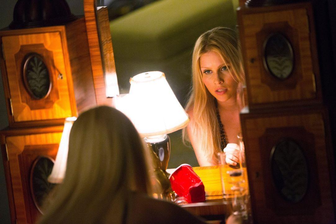 Sie genießt es, mit dem neuen, verstärkten Gefühlswirrwarr von Elena zu spielen: Rebekah (Claire Holt) ... - Bildquelle: Warner Brothers