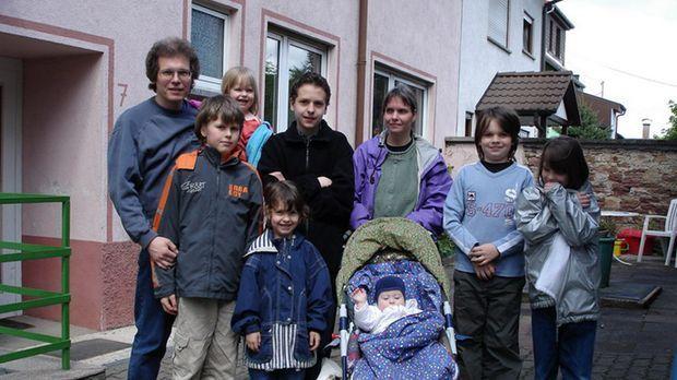 Eine Großfamilie wie sie im Buche steht: (hinten v.l.n.r.) Matthias (43), Isa...