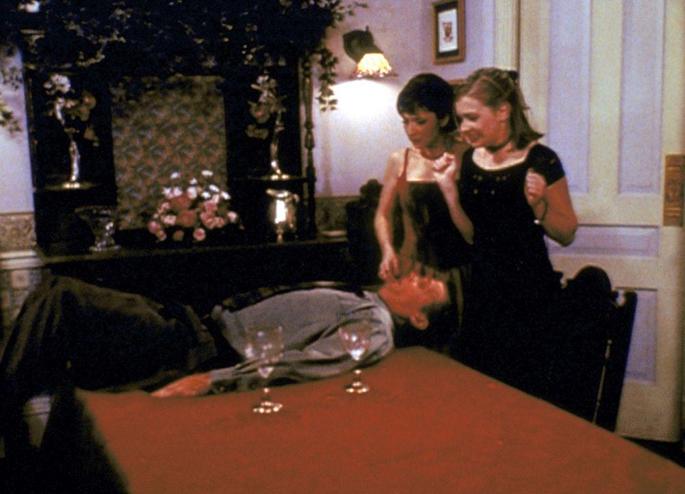 Sabrina (Melissa Joan Hart, r.) und Marigold (Hallie Todd, 2.v.r.) kümmern sich um Emil (Brian Cousins), den soviel Zauberei buchstäblich umwirft. - Bildquelle: Paramount Pictures