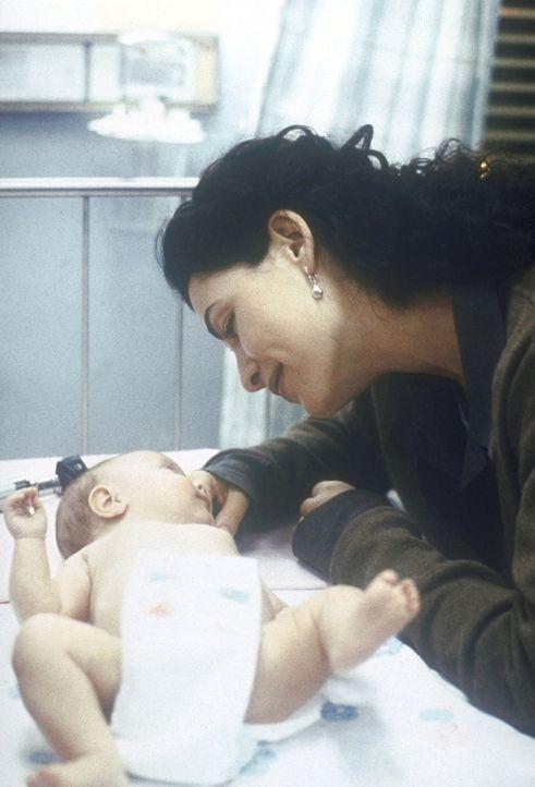 Die stolze Mutter Carol (Julianna Margulies) kümmert sich rührend um ihre neugeborenen Zwillinge. - Bildquelle: TM+  2000 WARNER BROS.