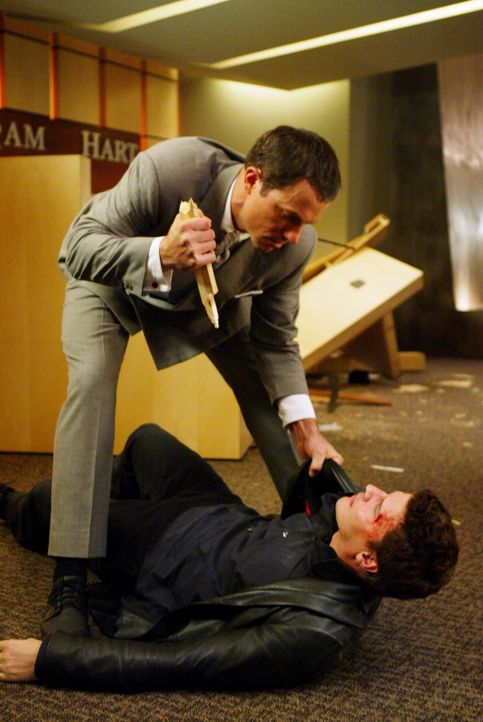 Angel (David Boreanaz, liegend) hat erhebliche Schwierigkeiten im Kampf gegen Marcus Hamilton (Adam Baldwin, l.) ... - Bildquelle: The WB Television Network