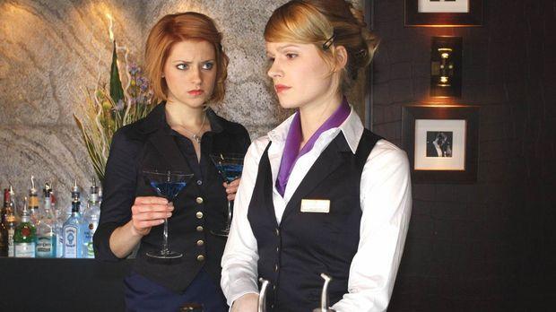 Während Jana (Ronja Peters, l.) es genießt, ohne Tonis Kontrolle in der Bar z...