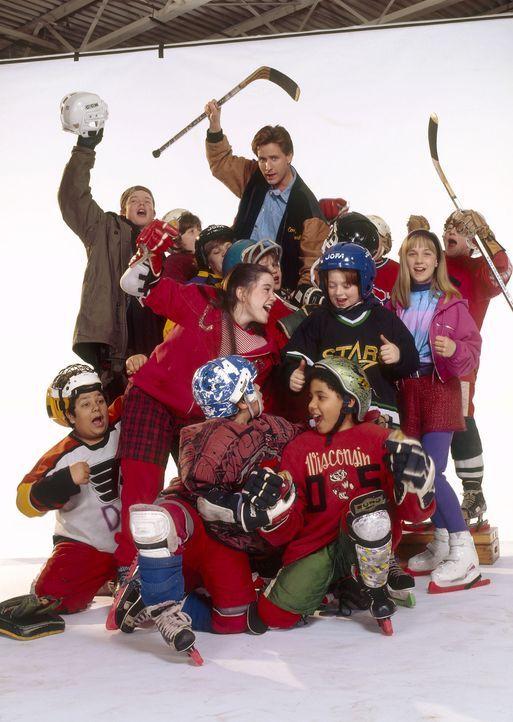 """Trainer Gordon Bombay (Emilio Estevez, M.) rekrutiert die """"Mighty Ducks"""" für die US-Jugendnationalmannschaft. Doch die Enten landen zunächst eine... - Bildquelle: Walt Disney Pictures"""